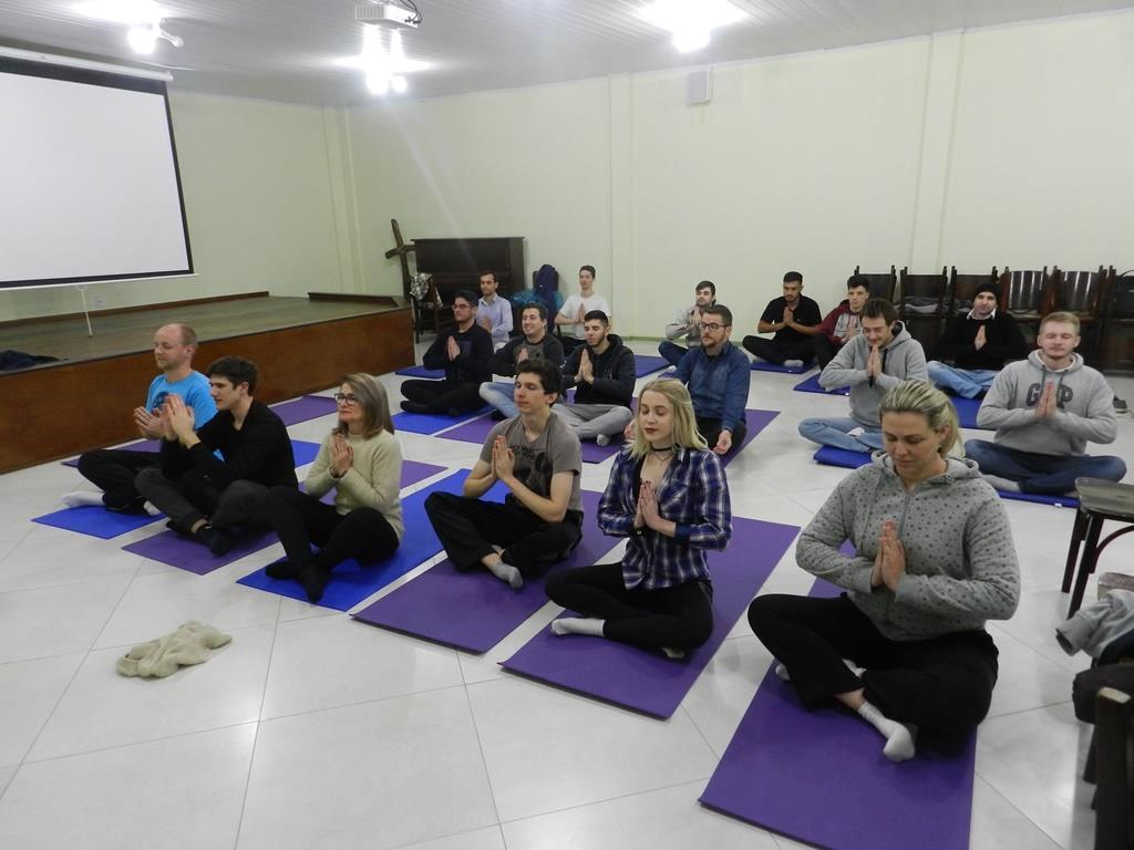 Acadêmicos praticam Hatha Yoga na aula de Desenvolvimento de Pessoas e Lideranças
