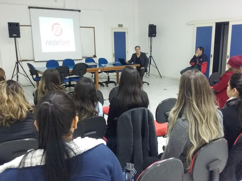 Acadêmicos realizam visita técnica na sede administrativa da RedeFort Mercados