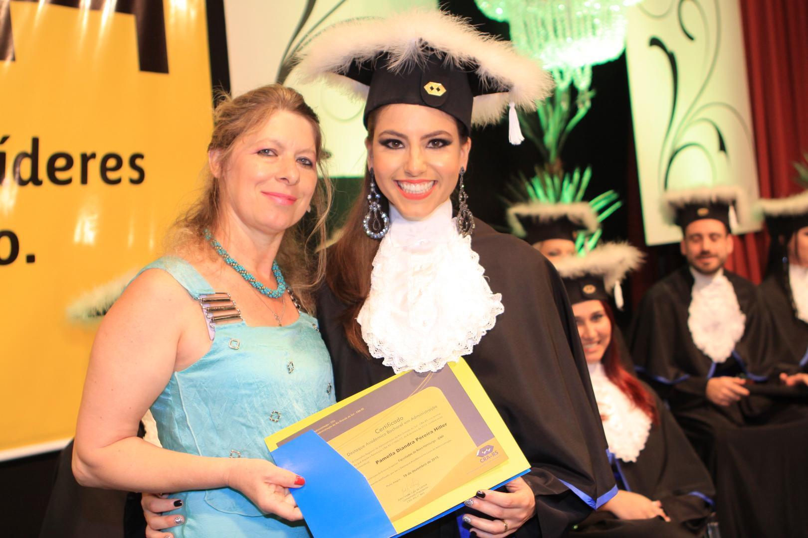 Conselheira do CRA entrega Destaque Acadêmico à formanda da Faculdade IENH
