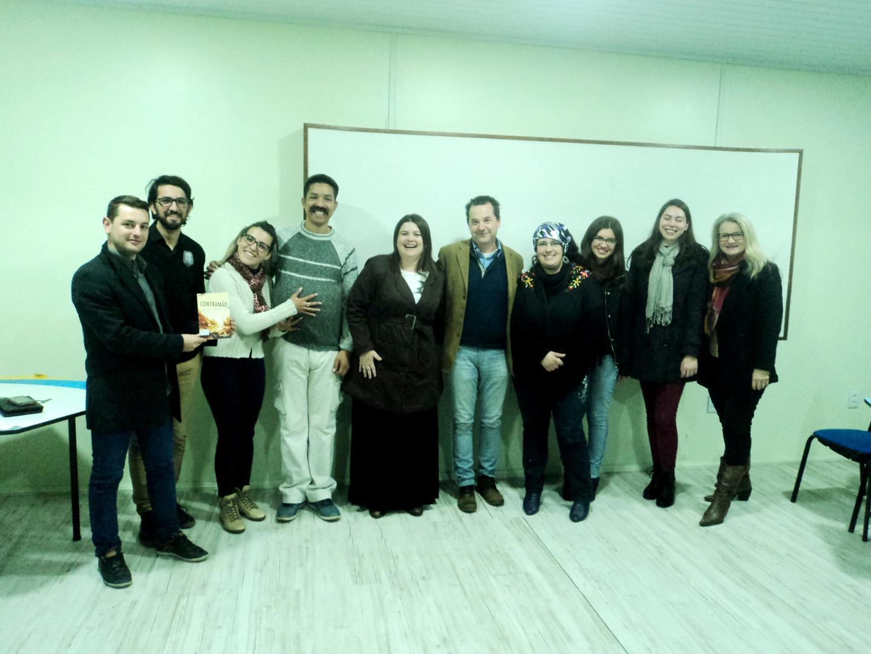 Encontro literário com Henrique Schneider na Faculdade IENH
