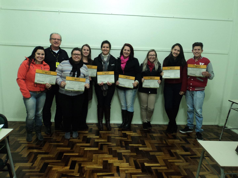 Estudantes recebem certificados de conclusão do Curso de Matemática Financeira com HP 12C