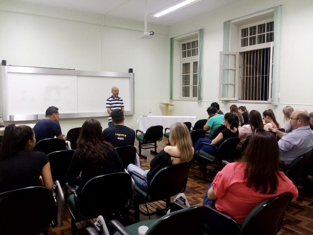 Executivo internacional palestra para alunos sobre experiência profissional na China