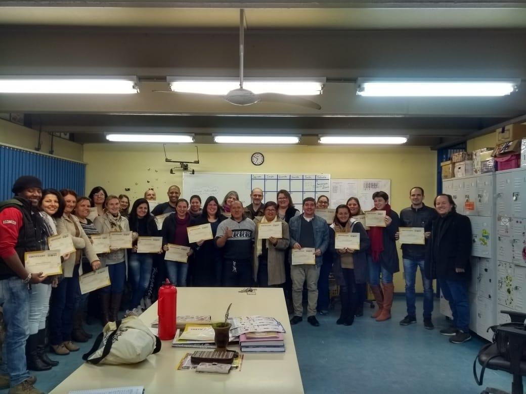 Faculdade IENH entrega certificados no Instituto Estadual Seno Ludwig
