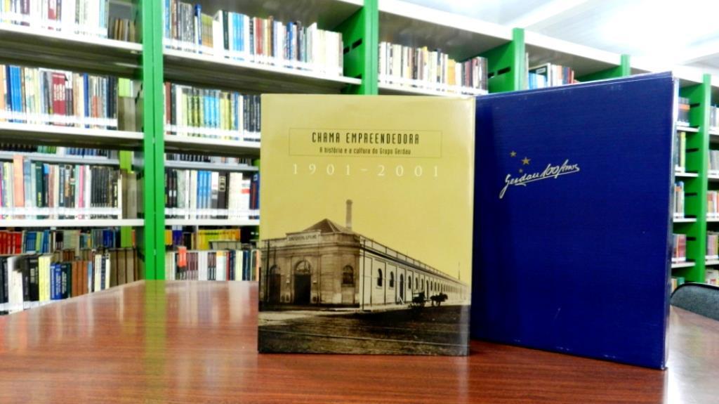 Livro sobre a história do Grupo Gerdau no acervo da Biblioteca da Faculdade IENH