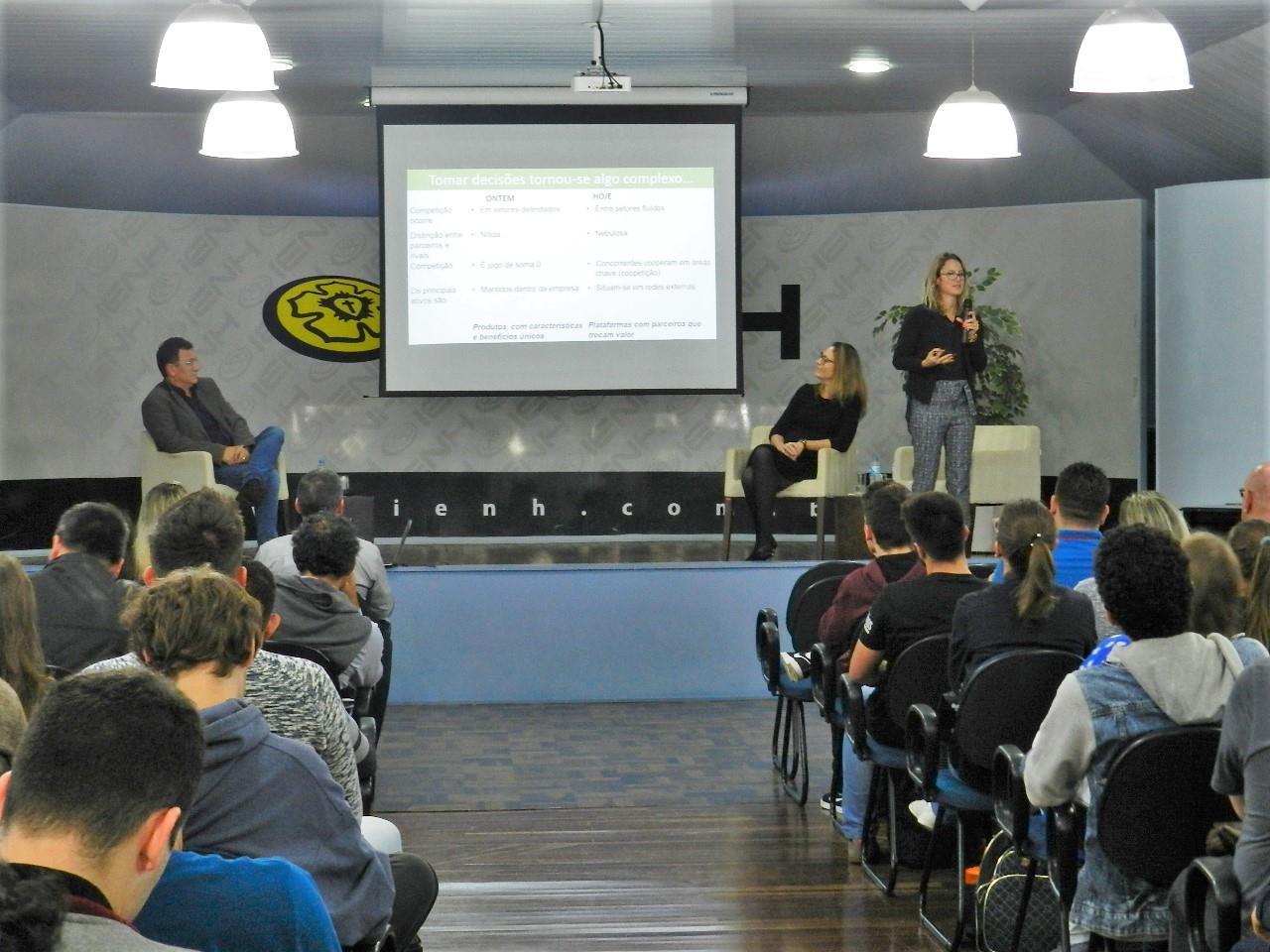 Painel da Faculdade IENH debate a transformação digital