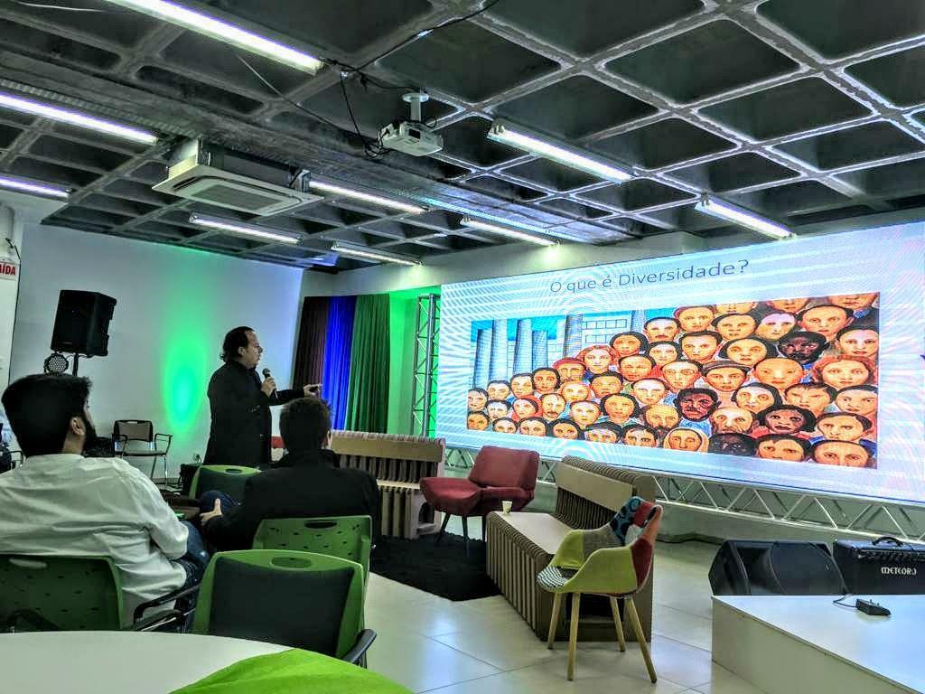 Professor da Faculdade IENH palestra para profissionais da empresa Klabin