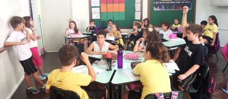 Alunos bilíngues recebem visitante do Canadá em sala de aula