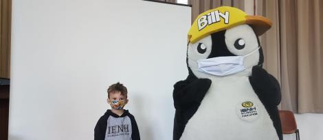 Em língua inglesa, crianças da Educação Infantil interagem com o Billy